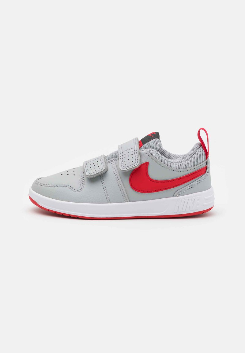 Nike Performance - PICO 5 UNISEX - Sportovní boty - light smoke grey/universe red/dark smoke grey/white
