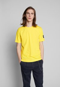 Calvin Klein Jeans - MONOGRAM SLEEVE BADGE TEE - Basic T-shirt - solar yellow - 0