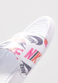 Nike Sportswear - BENASSI JDI PRINT - Matalakantaiset pistokkaat - white/black/lotus pink/team orange - 2