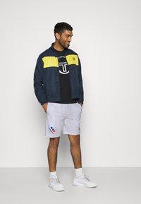 sergio tacchini - CHECK - Sports shorts - white/navy - 1