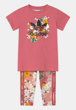 CREW SET HER LONDON ALL OVER PRINT ORIGINALS TRACKSUIT - Leggings - hazy rose/multicolor/black