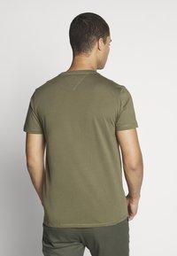 Tommy Jeans - CHEST LOGO TEE - T-shirt z nadrukiem - uniform olive - 2