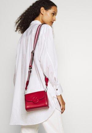 LEINA FLAP CBODY - Taška spříčným popruhem - bright red