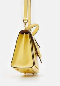 Coach - COVERED CLOSURE TABBY TOP HANDLE - Handbag - retro yellow - 3