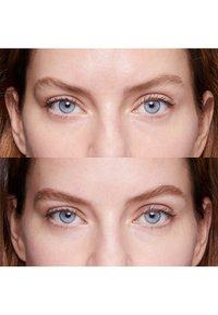 Bobbi Brown - PERFECTLY DEFINED LONG WEAR BROW PENCIL - Eyebrow pencil - 6e4f42 rich brown - 1