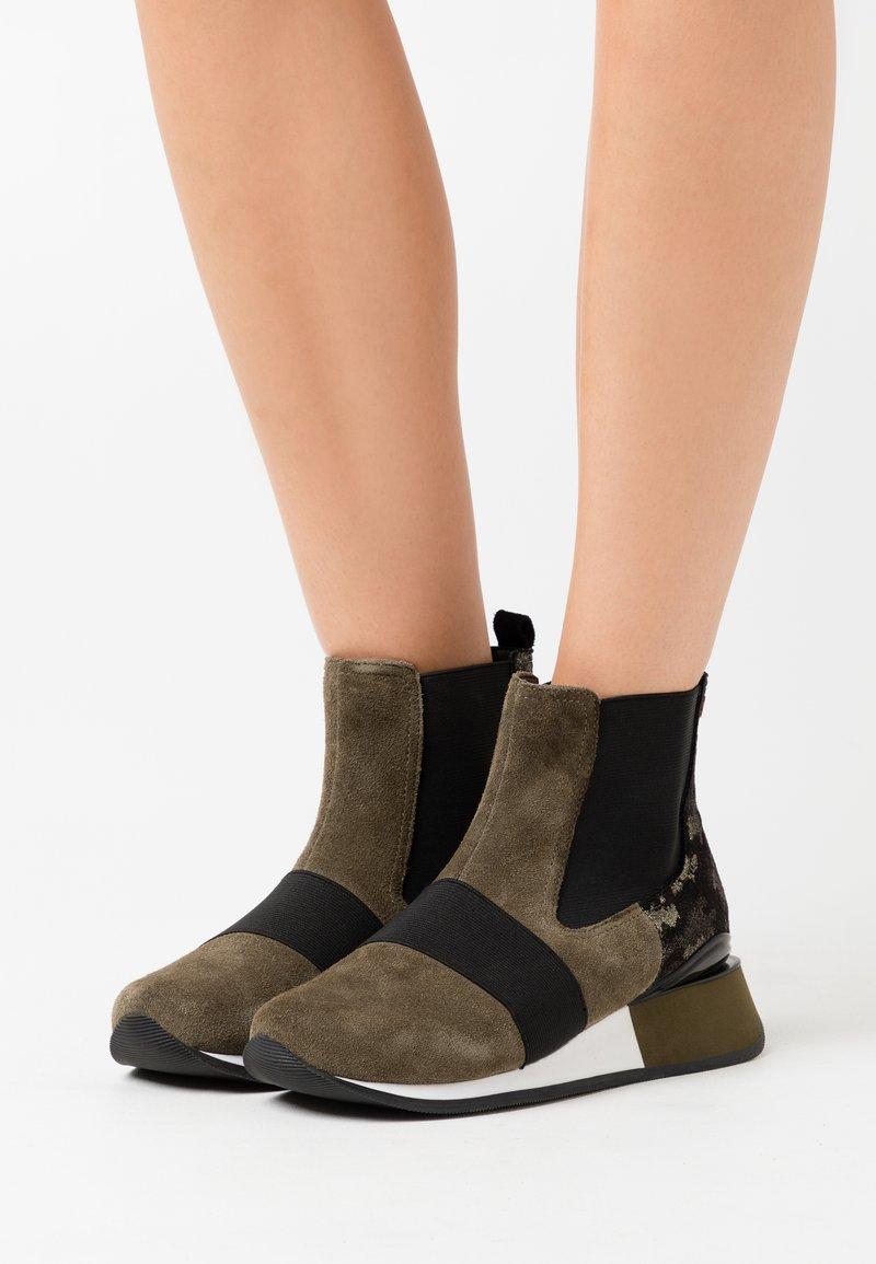 Gioseppo - SPUTINO - Kotníkové boty na klínu - verde