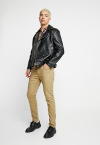 Levi's® - 512™ SLIM TAPER FIT - Tygbyxor - harvest gold - 1