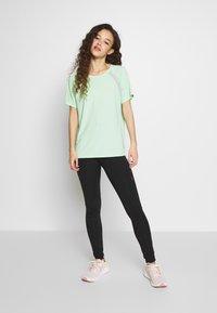 ONLY PLAY Petite - ONPPERFORMANCE LOOSE - Camiseta básica - green - 1