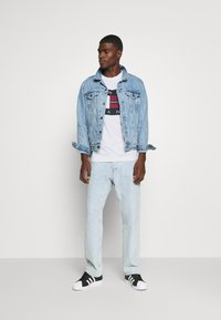 Tommy Jeans - PLAID CENTRE FLAG UNISEX - T-shirt con stampa - white - 1