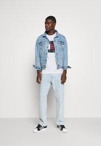 Tommy Jeans - PLAID CENTRE FLAG UNISEX - T-shirt z nadrukiem - white - 1