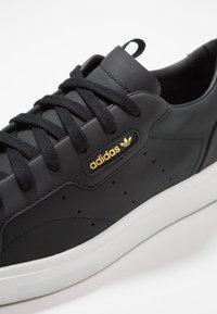 adidas Originals - SLEEK - Sneakers laag - core black/crystal white - 2