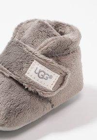 UGG - BIXBEE AND LOVEY - Babyschoenen - charcoal - 2