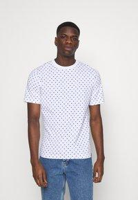 Scotch & Soda - CLASSIC ALLOVER PRINTED TEE - Print T-shirt - white/blue - 0