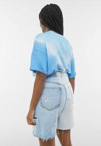 Bershka - MIT TWO-TONE UND SEITLICHEM SCHNITT  - Shorts di jeans - blue denim - 2