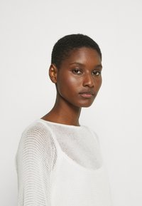 Marc O'Polo PURE - SLIT DETAIL AT SIDESEAM  - Sweter - natural white - 3