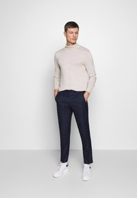 Isaac Dewhirst - CHECK TROUSERS - Spodnie materiałowe - navy - 1