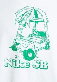 Nike SB - TEE WRECKED UNISEX - T-shirt med print - white - 2