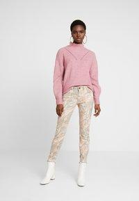 Mos Mosh - SUMNER RIO PANT - Slim fit jeans - rose flower - 1