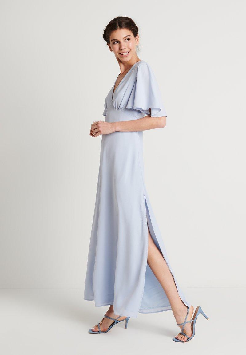 NA-KD - ZALANDO X NA-KD V NECK FLOWY DRESS - Galajurk - dusty blue