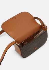 MICHAEL Michael Kors - SAMIRA FLAP - Across body bag - brown/acorn - 3
