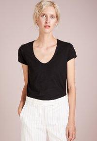 DRYKORN - AVIVI - Basic T-shirt - black - 0