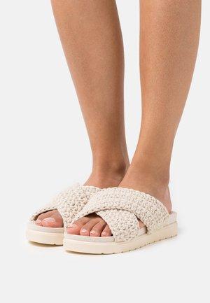 CROSS BRAIDED FOOTBED - Sandalias planas - light beige