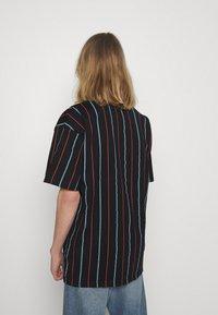 Karl Kani - SMALL SIGNATURE PINSTRIPE TEE - T-shirt imprimé - black - 2