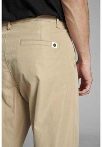 Anerkjendt - ANTWILL PANTS - Pantalones chinos - incense - 4