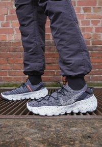 Nike Sportswear - SPACE HIPPIE  - Baskets basses - iron grey/photon dust/black/hyper crimson - 2