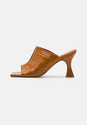 ZOHARA TAWNY CROC - Heeled mules - brown
