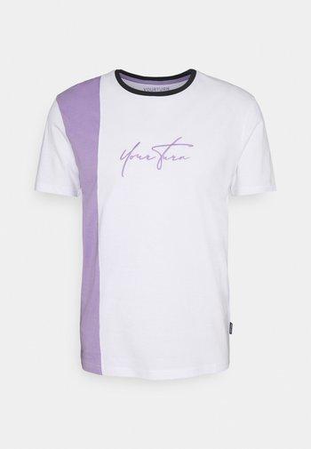 UNISEX - Print T-shirt - lilac/white