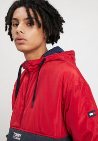 Tommy Jeans - COLORBLOCK POPOVER - Light jacket - red - 3