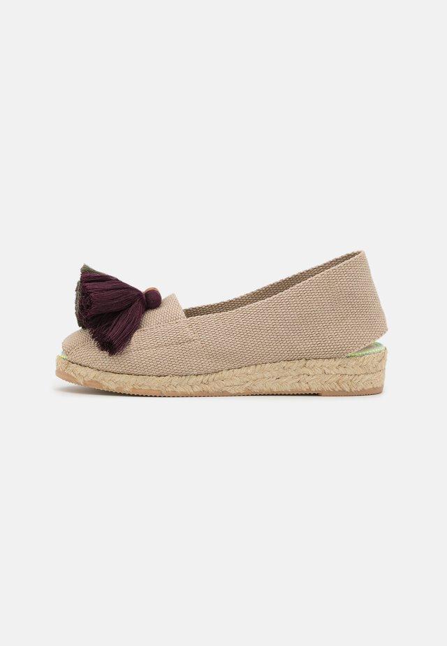 Sandály na klínu - burdeos/verde/mostaza