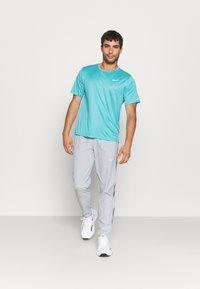 Nike Performance - MILER EMBOSS - T-shirt con stampa - chlorine blue/silver - 1