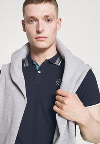 TOM TAILOR - UNDERCOLLAR WORDING - Polo shirt - sky captain blue - 3