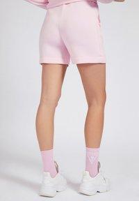 Guess - LOGODREIECK - Shorts - rose - 2