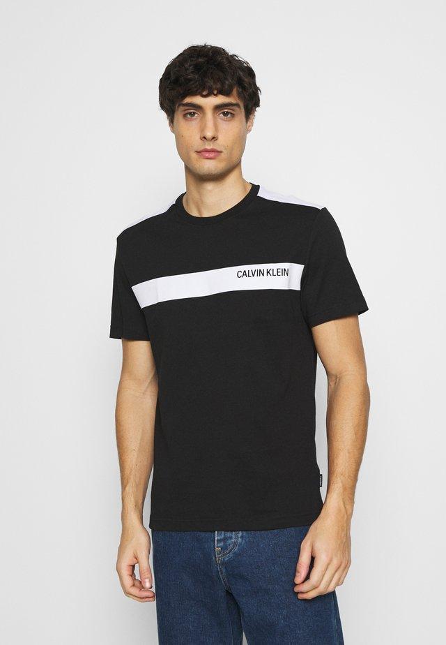 BOLD STRIPE LOGO - Print T-shirt - black