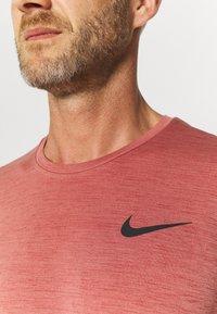 Nike Performance - HYPER DRY - T-shirts print - rust pink heather/black - 4