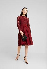 Chi Chi London - LYANA DRESS - Vestido de cóctel - burgundy - 2
