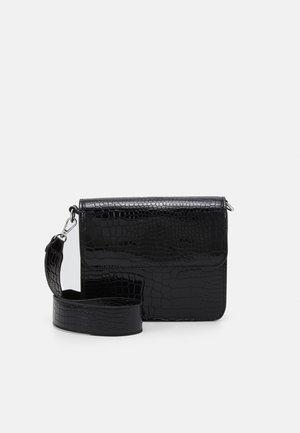 CAYMAN SHINY STRAP BAG - Across body bag - black