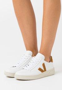 Veja - V-12 - Sneaker low - extra white/camel - 0
