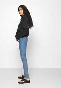 Wrangler - HIGH RISE SKINNY - Jeans Skinny Fit - static stone - 3
