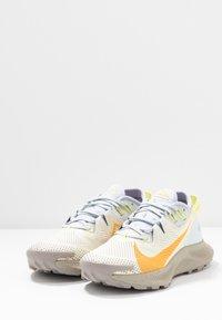 Nike Performance - PEGASUS TRAIL 2 - Běžecké boty do terénu - pure platinum/laser orange/fossil - 2