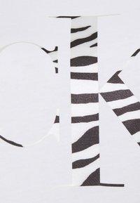 Calvin Klein Jeans - ZEBRA TEE - Print T-shirt - bright white - 6