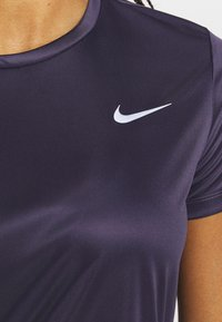 Nike Performance - MILER - T-shirts med print - dark raisin - 5