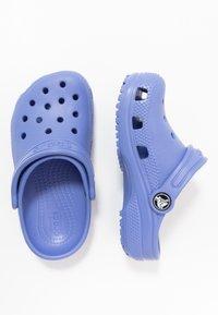 Crocs - CLASSIC - Sandały kąpielowe - lapis - 0