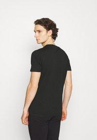 Ellesse - OMBRONO - T-shirt imprimé - black - 2