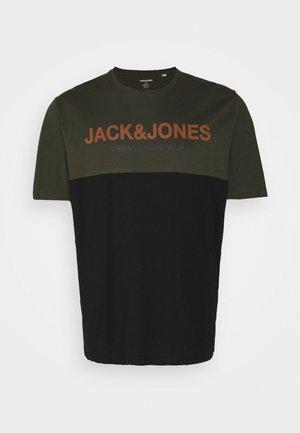 JJEURBAN BLOCKING TEE O NECK - T-shirt imprimé - forest night/black