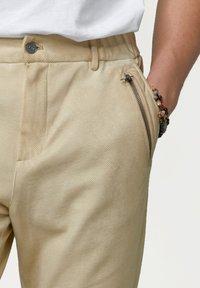 Tigha - CORNELIO - Trousers - vintage sand - 3