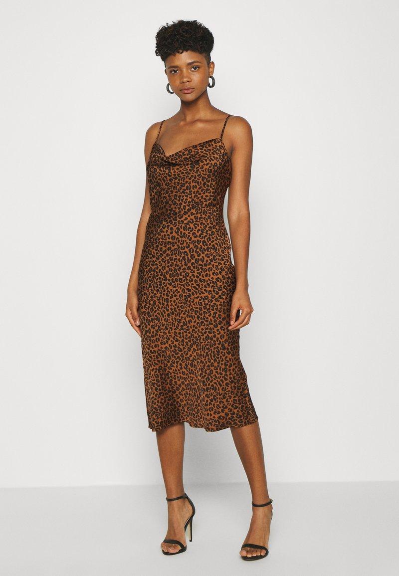 Good American - LEOPARD SLIP DRESS - Robe d'été - chai
